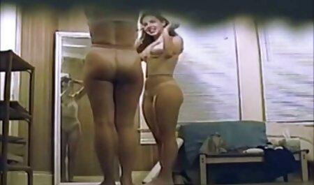 Zierliche reife frau junger mann porn Brünette in roten Netzstrümpfen und Absätzen