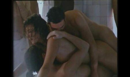 Brünette, die pornos mit frauen ab 50 nur Höschen trägt, wird gestreichelt